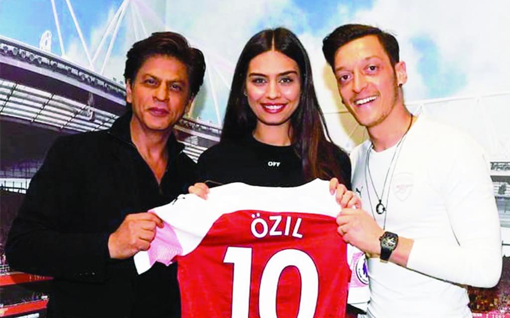 wholesale dealer c381b 94078 SRK meets Arsenal player Özil and his fiancée Amine Gülşe in ...